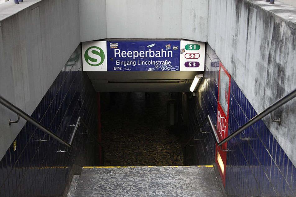 An der S-Bahn-Haltestelle Reeperbahn schubste ein 16-jähriger eine Frau ins Gleisbett.