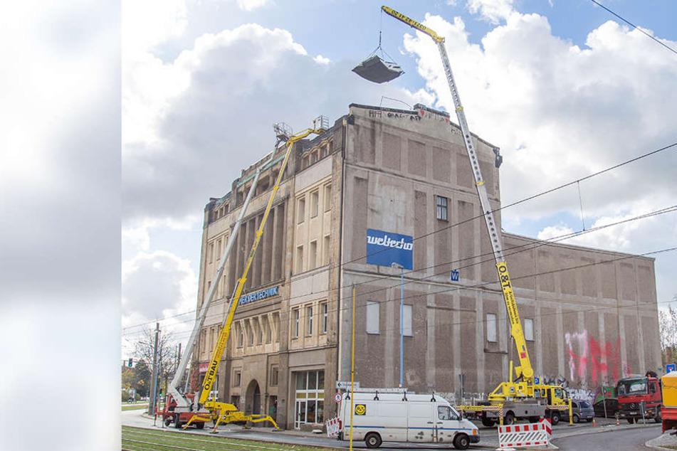 Das vom Sturm zerstörte Dach auf dem Weltecho wird repariert.