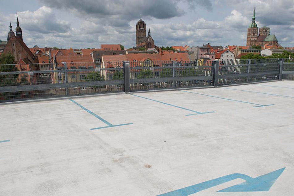 Vor einem Parkhaus in Stralsund wurde eine verkohlte Leiche gefunden. (Symbolbild)