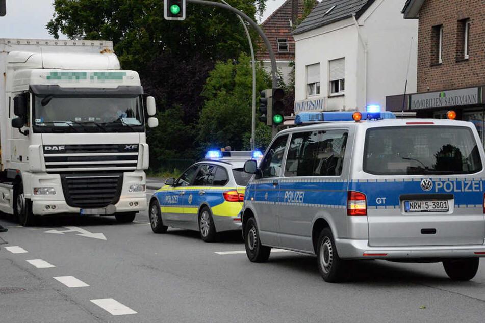 Die Polizei leitete den Verkehr einspurig an der Unfallstelle vorbei.