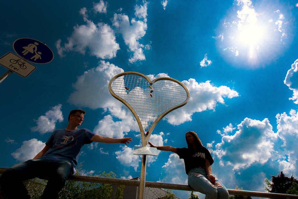 Doreen und Kevin Hentzschel sind die ersten Kirchberger, die ihr Liebesschloss am neuen Edelstahlherz aufhängten.