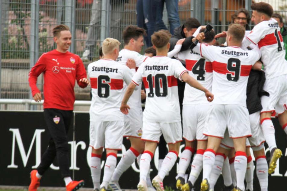 Die Junioren des VfB Stuttgart feiern die Meisterschaft in der Bundesliga Süd/Südwest.