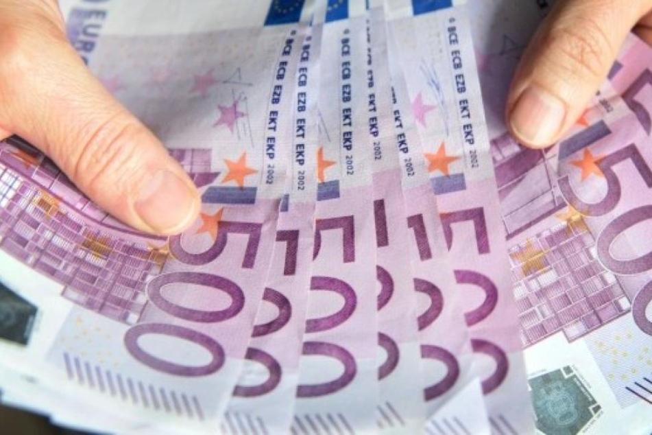 Solche ehrlichen Finder gibt es heutzutage wohl kaum noch. Die Frau brachte 26.000 Euro zur Polizei, anstatt sie selbst zu behalten.
