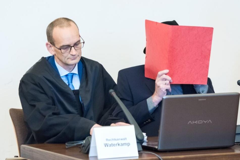 Der ehemalige SS-Wachmann sitzt im Landgericht im Saal neben seinem Anwalt.