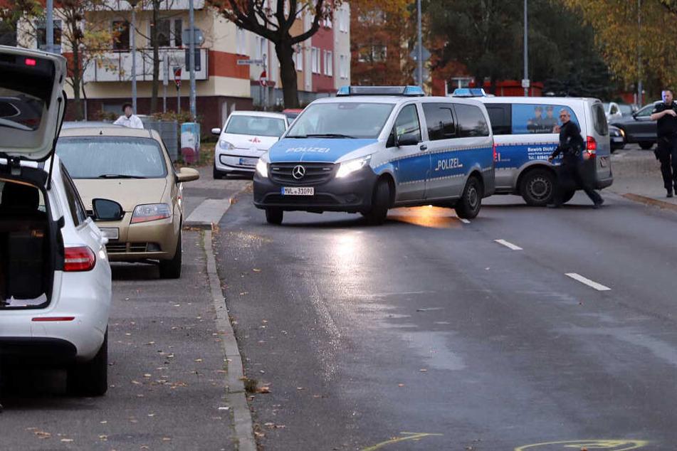 Die Polizei sperrt die Straße für die Ermittlungen ab.