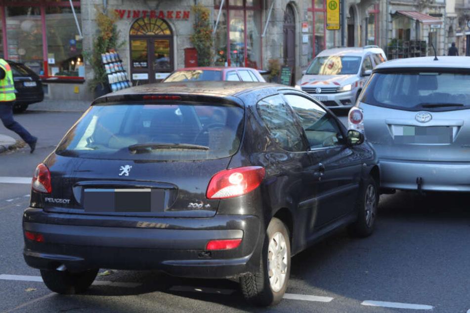 Fahrer kollabiert im Auto in Dresden-Plauen, eine Frau reagiert heldenhaft