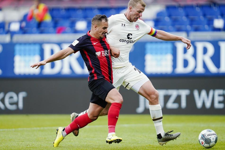 St. Paulis Henk Veerman (29, r.) und Wiesbadens Sebastian Mrowca (26) kämpfen um den Ball.
