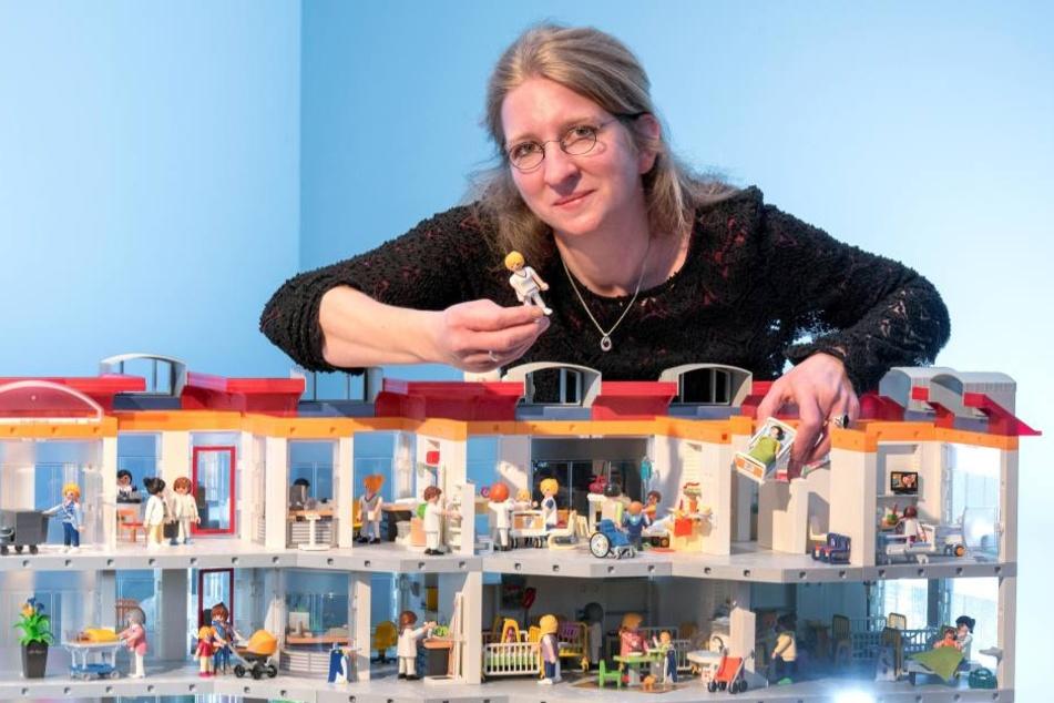 Elise Osterhoff (40) ist Kinderkrankenschwester und Playmobil-Liebhaberin. Sie baut die Ausstellung mit auf.