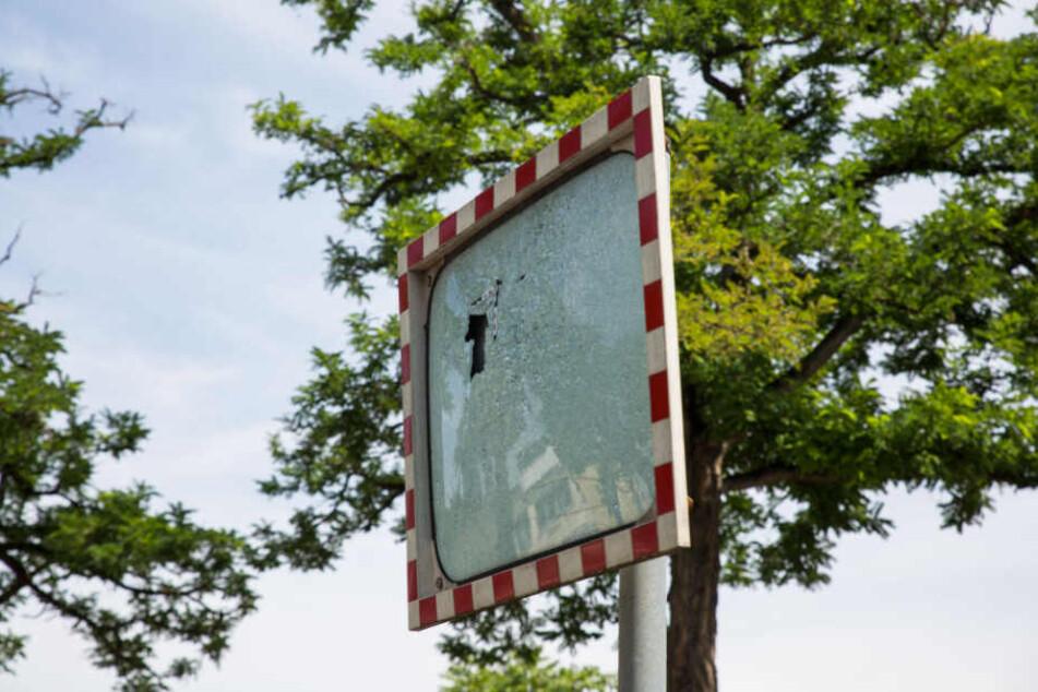 Auch ein Verkehrsspiegel wurde von einem Geschoss getroffen.