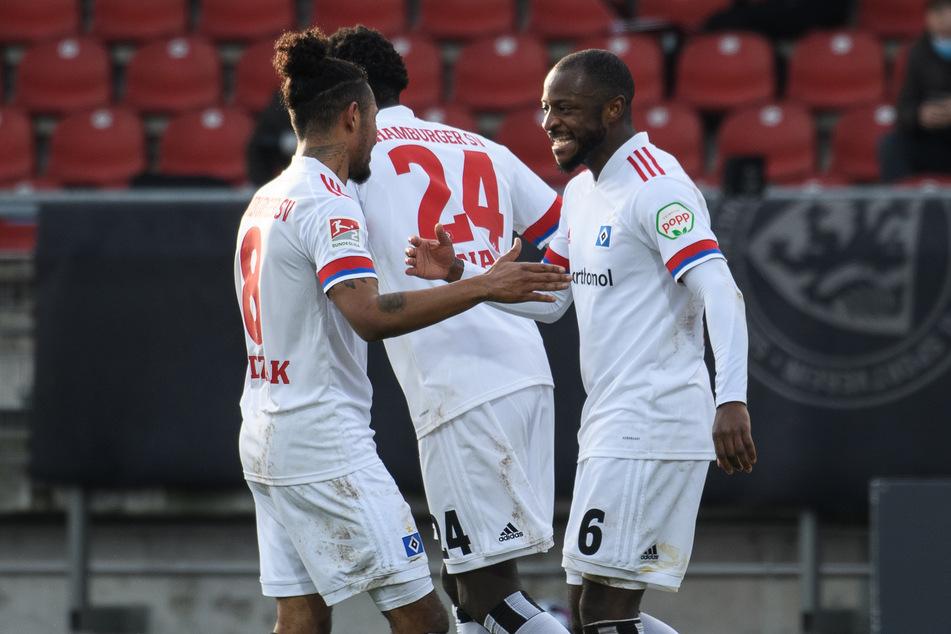 Mittelfeldmotor David Kinsombi (r.) hatte mit zwei Toren entscheidenden Anteil am 4:2-Sieg des HSV gegen Eintracht Braunschweig.