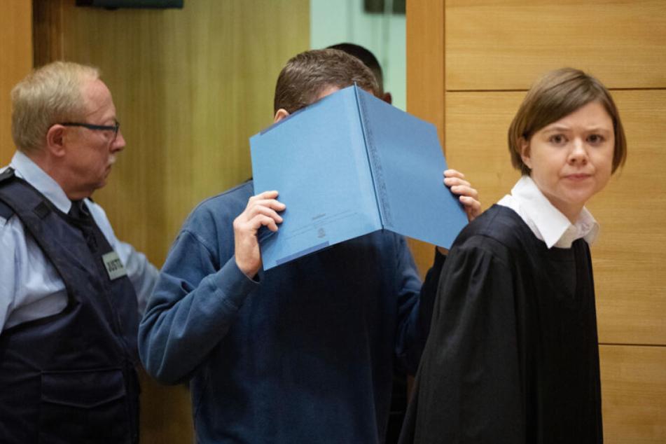 Der Angeklagte kommt gemeinsam mit seiner Verteidigerin zur Verhandlung.