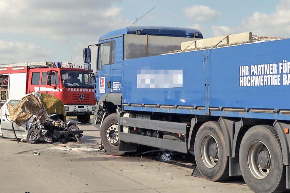 Bei einem Unfall auf dem Autobahnzubringer zur A38 bei Leipzig ist am Dienstag ein Ehepaar ums Leben gekommen.