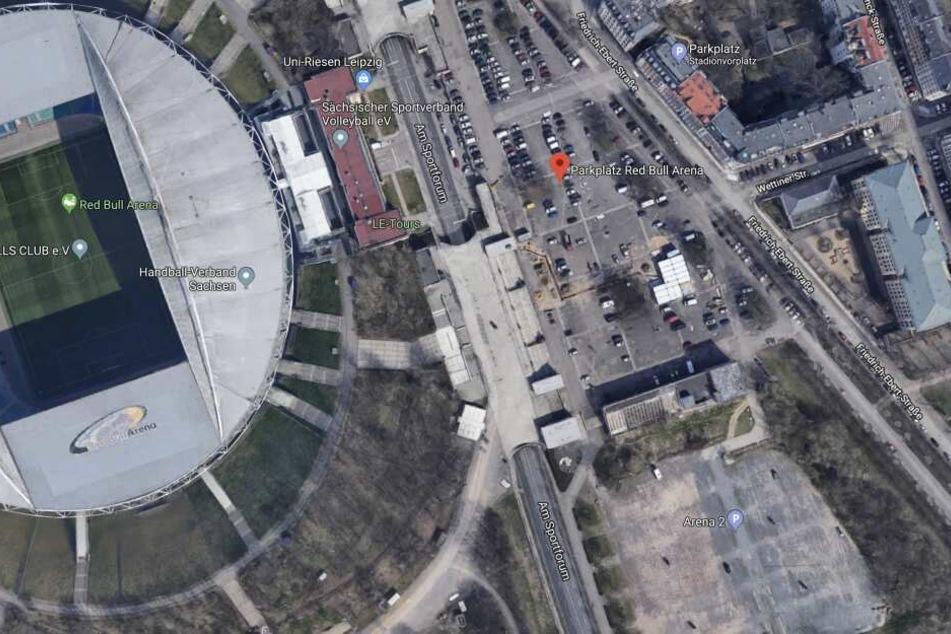Auf dem Parkplatz der Red Bull Arena, am ehemaligen Schwimmstadion, wurden Rico und Sandro angegriffen.