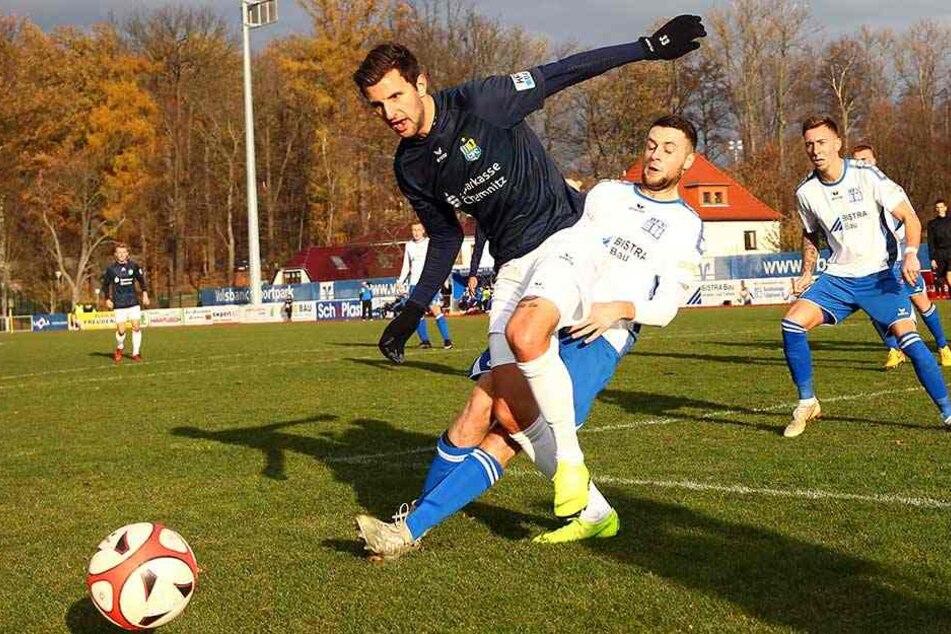 Auch Torjäger Dejan Bozic (vorn), hier gegen Schiebocks Tim Kießling, nimmt die beiden Niederlagen zuletzt in der Liga gelassen, verweist auf die Gesamtbilanz der Himmelblauen und die noch immer satten zehn Punkte Vorsprung.