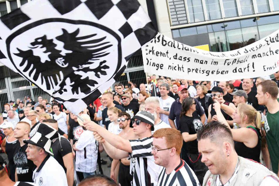 Die demonstrierenden Eintracht-Fans versammelten sich vor der Commerzbank-Arena.