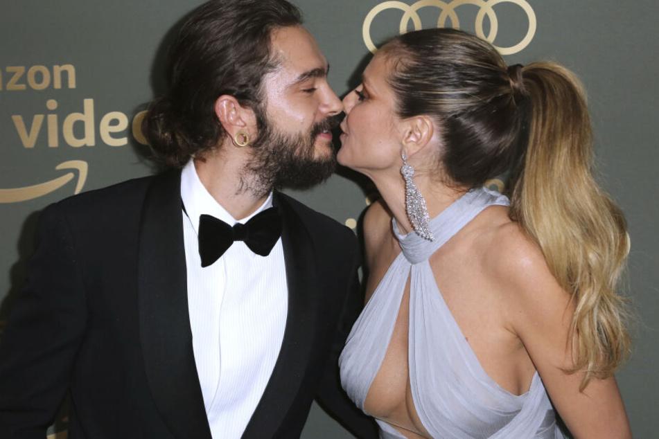 Tom Kaulitz (29) küsst verliebt seine Verlobte Heidi Klum (45).