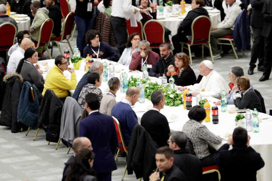 Im Anschluss an die Messe am Sonntag speiste Papst Franziskus mit 1.500 Armen zu Mittag.