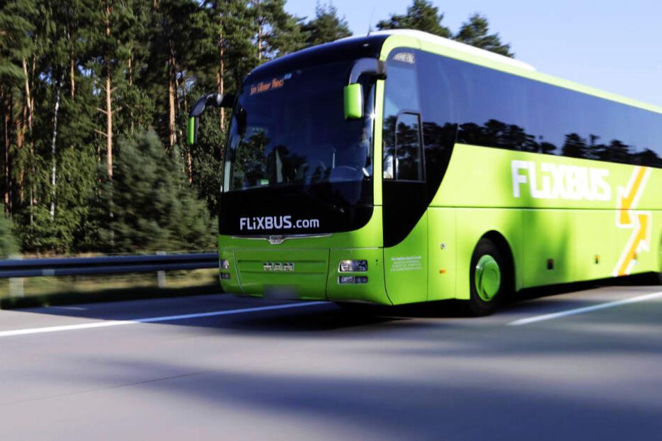 Ein Flixbus-Fahrer musste auf einem Rastplatz wegen eines unter Drogen stehenden Mannes anhalten.