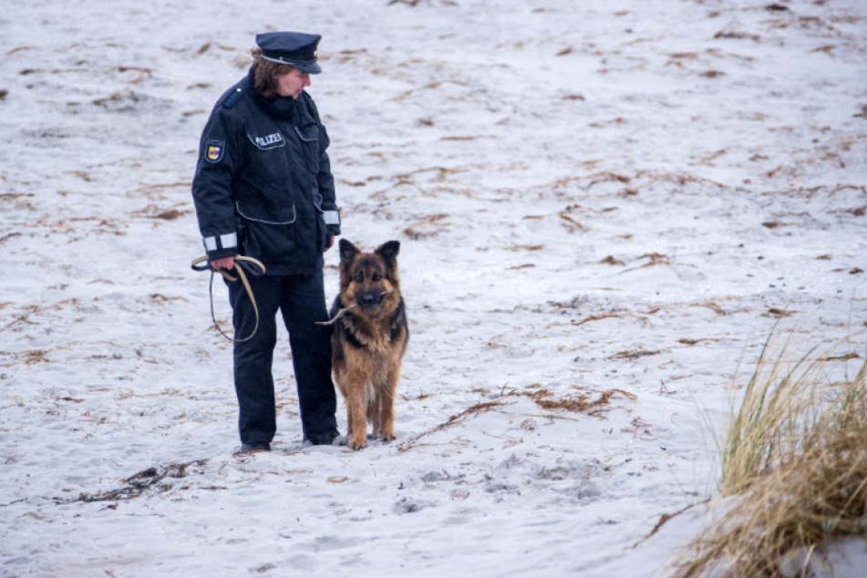 Insel-Polizistin Martina Dominik sucht den Strand auf Hiddensee ab. (Archivbild)