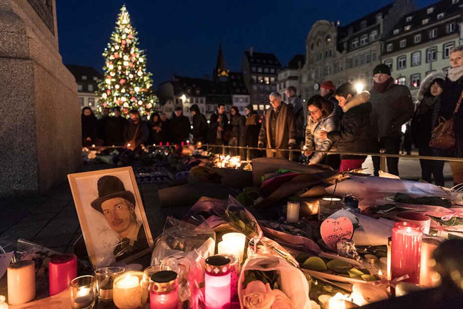 Trauernde stellen Kerzen auf, um den Opfern des Anschlags auf dem Weihnachtsmarkt zu gedenken.
