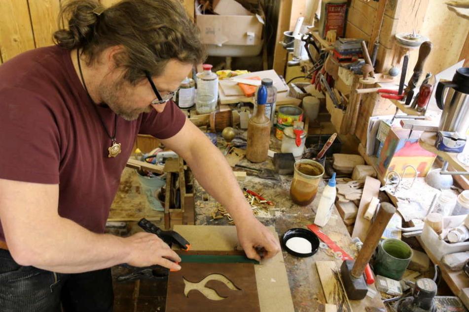 In liebevoller Handarbeit stellte der gelernte Tischler aus Mülsen die Einbände des Buches aus gebeiztem Birkenholz selbst her.