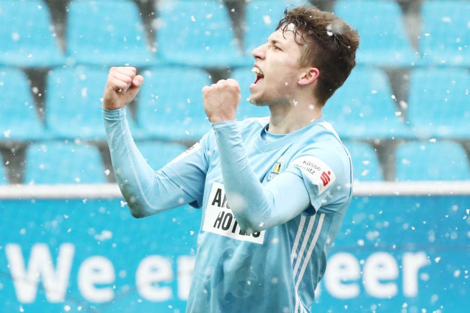 Himmelblaues Wintermärchen: Tom Baumgart freut sich im Schneetreiben über sein Siegtor im Derby gegen Jena.