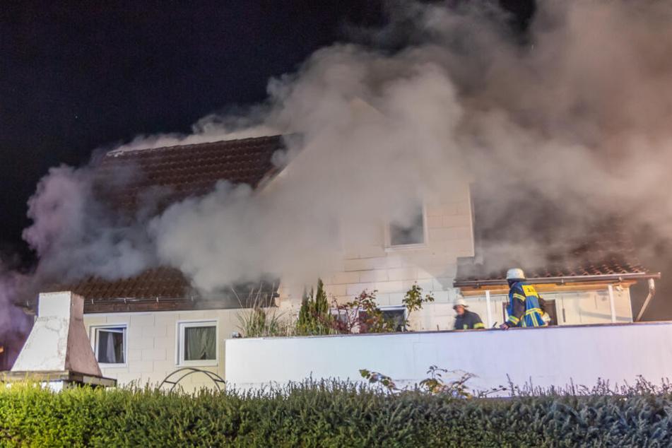 Mann stirbt bei Wohnhausbrand in der Nacht