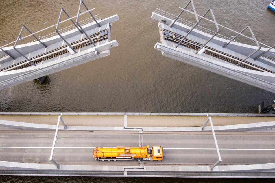 Die Retheklappbrücke ist die größte ihrer Art in Europa.