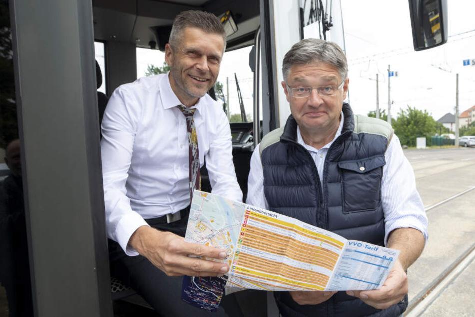 Ob das gut geht? DVB-Vorstand Lars Seiffert (l.) weist Holger Zastrow (beide 50) ein.
