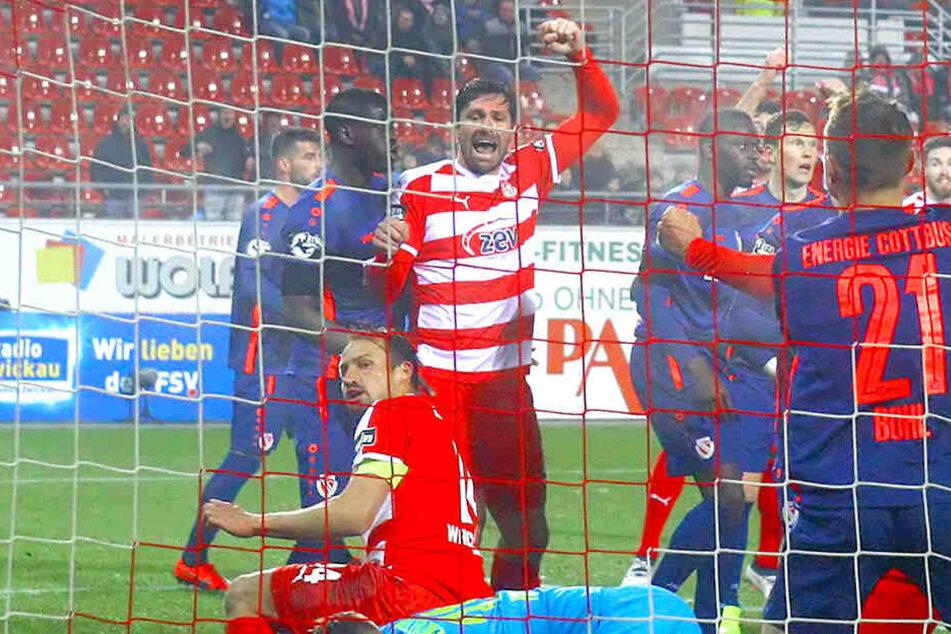 Ronny König (M.) reißt die Faust in die Luft, bejubelt den Treffer von Toni Wachsmuth zum zwischenzeitlichen 1:0 gegen Energie Cottbus. Hat König auf heute nach dem Duell mit dem SV Wehen Wiesbaden Grund zur Freude?