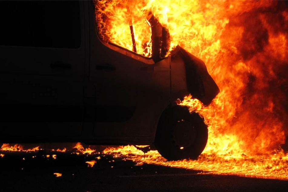 Die Autos brannten vollständig aus.