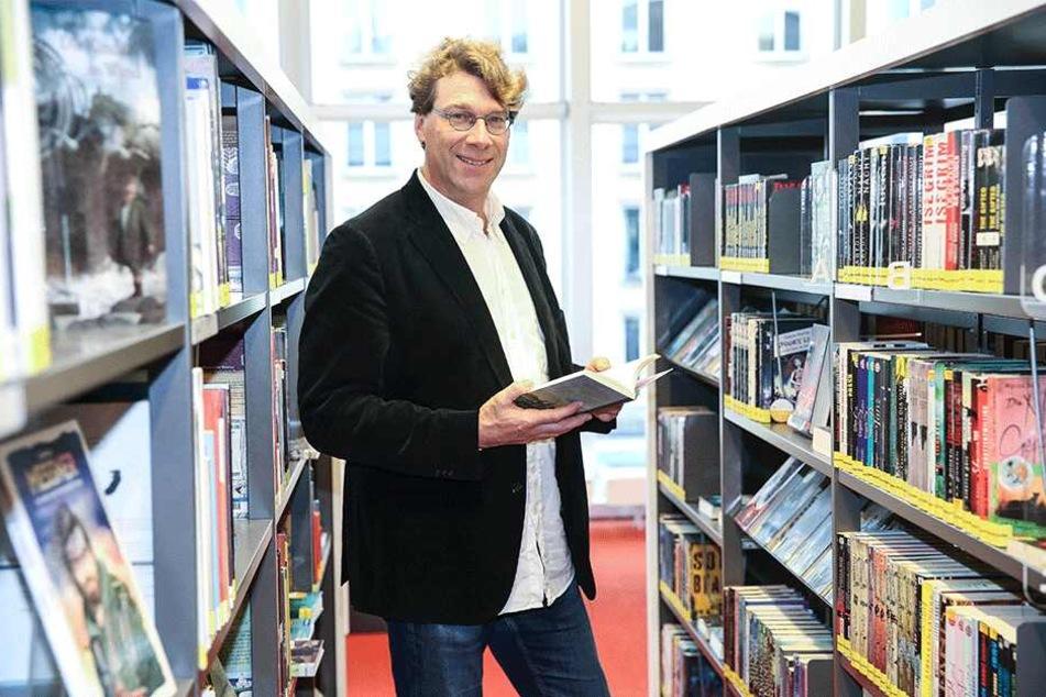 Ralf Günther zwischen den Regalen der Hauptbibliothek im Kulturpalast, wo er sich gerne aufhält.