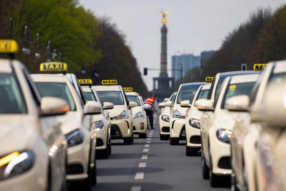 Taxifahrer protestieren auf der Straße des 17. Juni.