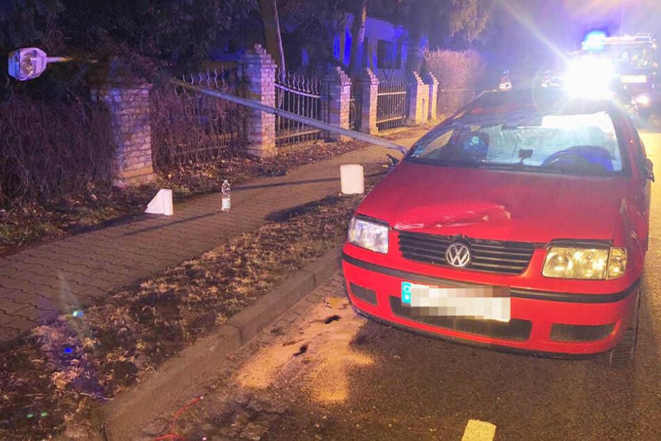 Der rote VW Polo musste von der Feuerwehr wieder aufgestellt werden.