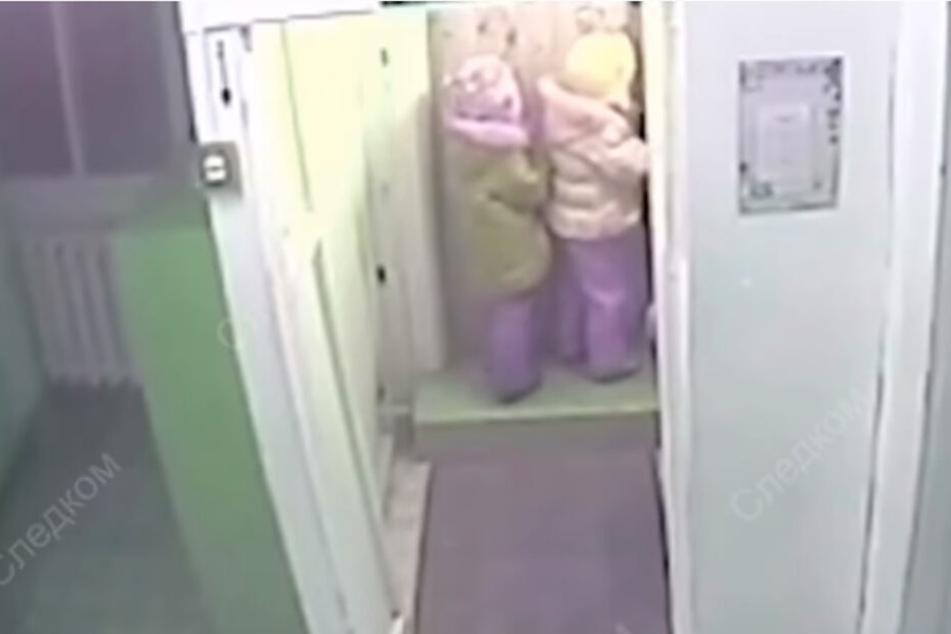 Die Überwachungskamera zeichnete auf, wie die beiden Mädchen den Kindergarten verlassen.