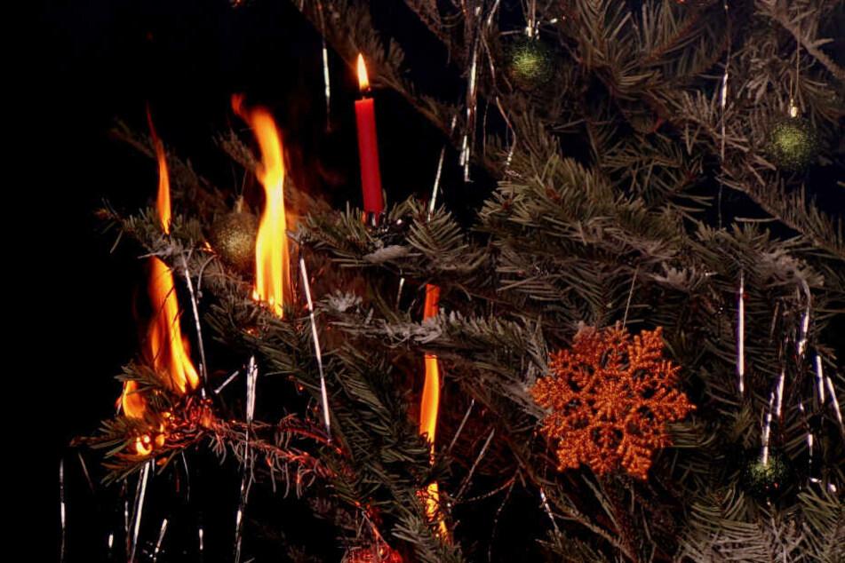Der Weihnachtsbaum fängt Feuer.