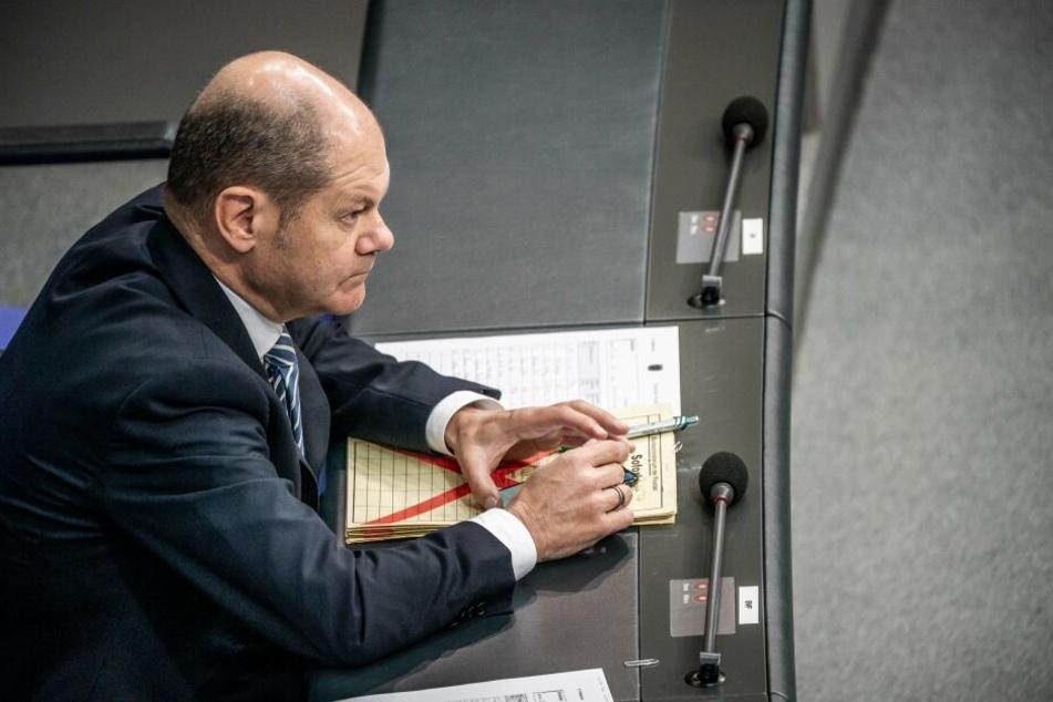 Olaf Scholz (SPD), Bundesfinanzminister, verfolgt die Debatte zum Solidaritätszuschlag im Bundestag.