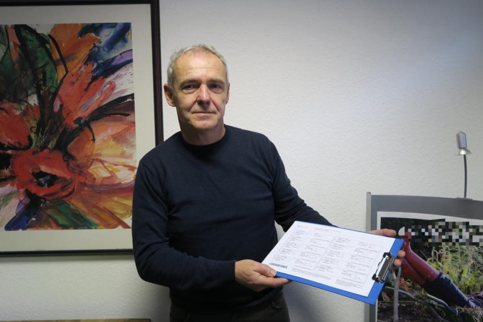 Gunther Winkler von der Bürgerinitiative Böhlitz präsentiert die bisherigen Unterschriften der Petition.
