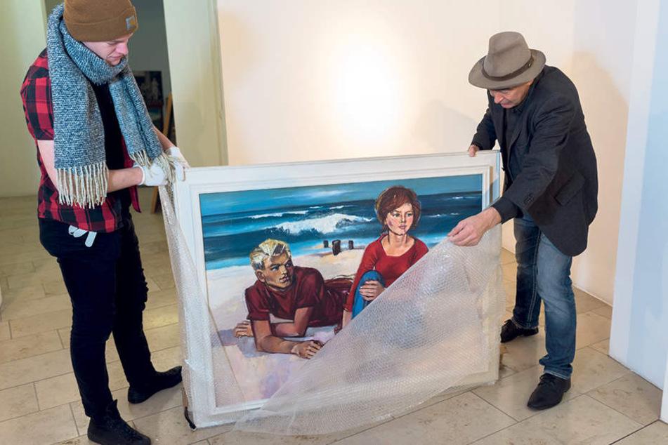 Das Stand-Bild wird ausgepackt. Für die junge Frau stand Womackas Tochter Modell.