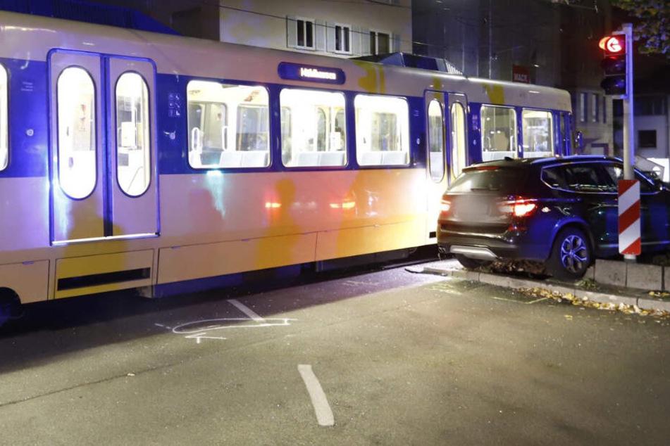 Schwerer Unfall: Autofahrerin kracht erst in Stadtbahn, dann in einen Baum