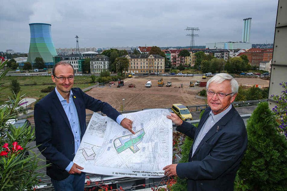 Im Hintergrund laufen schon die Bauarbeiten: Der Amtsleiter für Wirtschaftsförderung Robert Franke (41, l.) und der Chef der Dresdner Gewerbehofgesellschaft Friedbert Kirstan (67) am Gewerbepark in Löbtau.