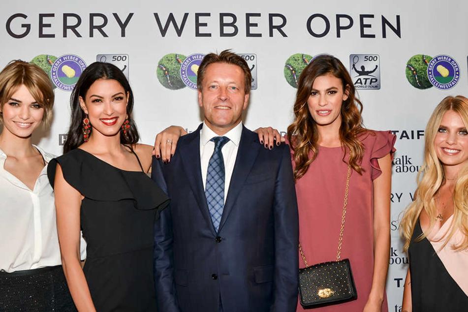 Turnierdirektor Ralf Weber (Mitte) und die Topmodels der glamourösen Gerry Weber Open Fashion Night (von links) mit Luisa Hartema, Rebecca Mir, Alisar Ailabouni und Bloggerin Carolin Färber.