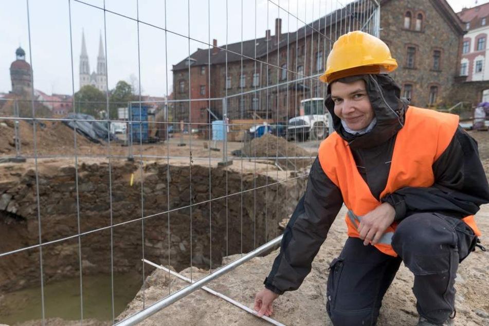 Archäologin Nicole Eichhorn (37) vermisst den Geschützturm: Die Granitmauer ist zur Stadtseite 1,60 Meter dick, nach außen sogar 3,40 Meter.