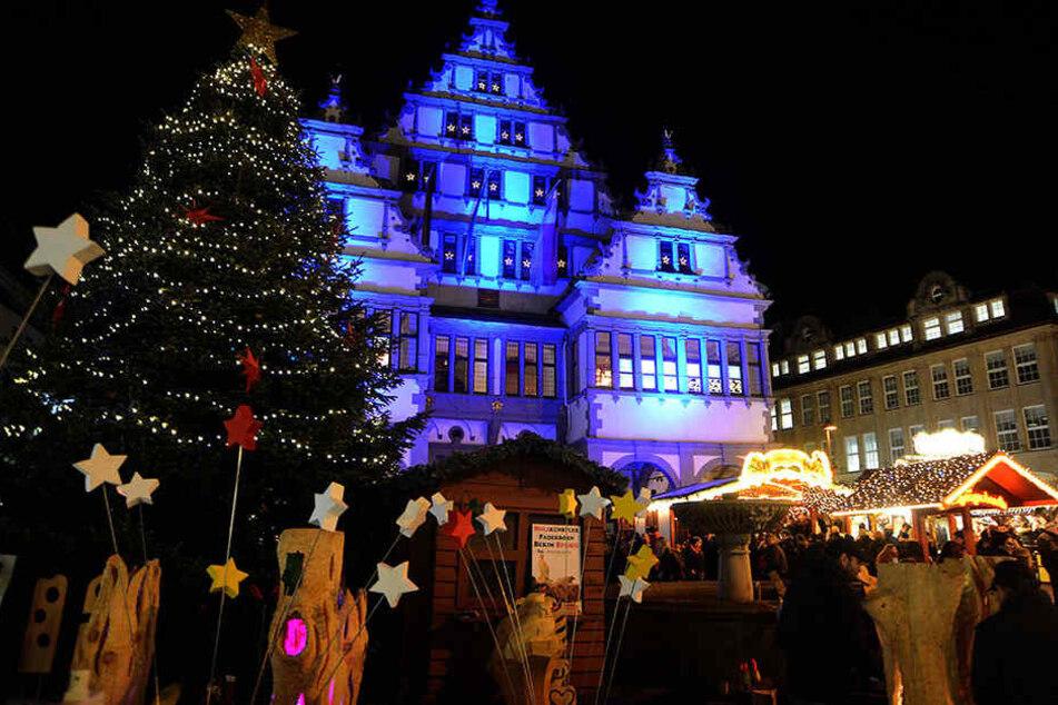 Das historische Rathaus in Paderborn wird zum größten Adventskalender der Region.