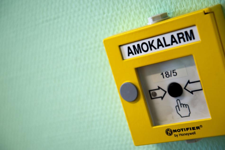 Bewaffneter Räuber dringt in Schule ein - Sekretärin löst Amok-Alarm aus