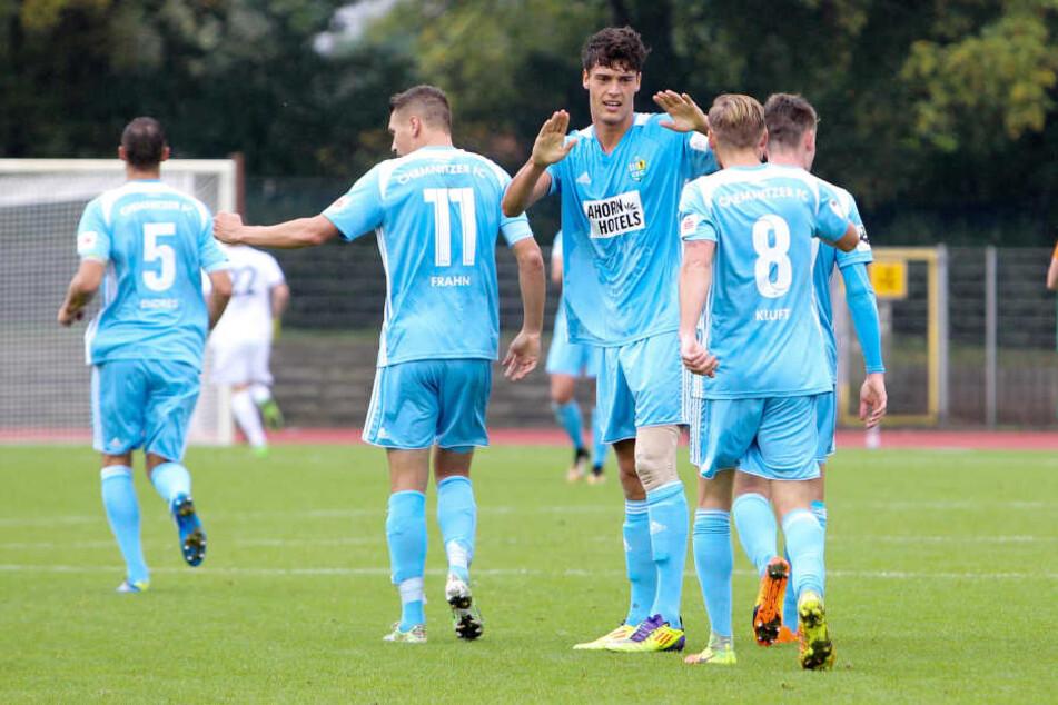 Chemnitzer Spieler bejubeln das 0:1 nach Tor von Myroslav Slavov / Miroslav (mi., Chemnitz)