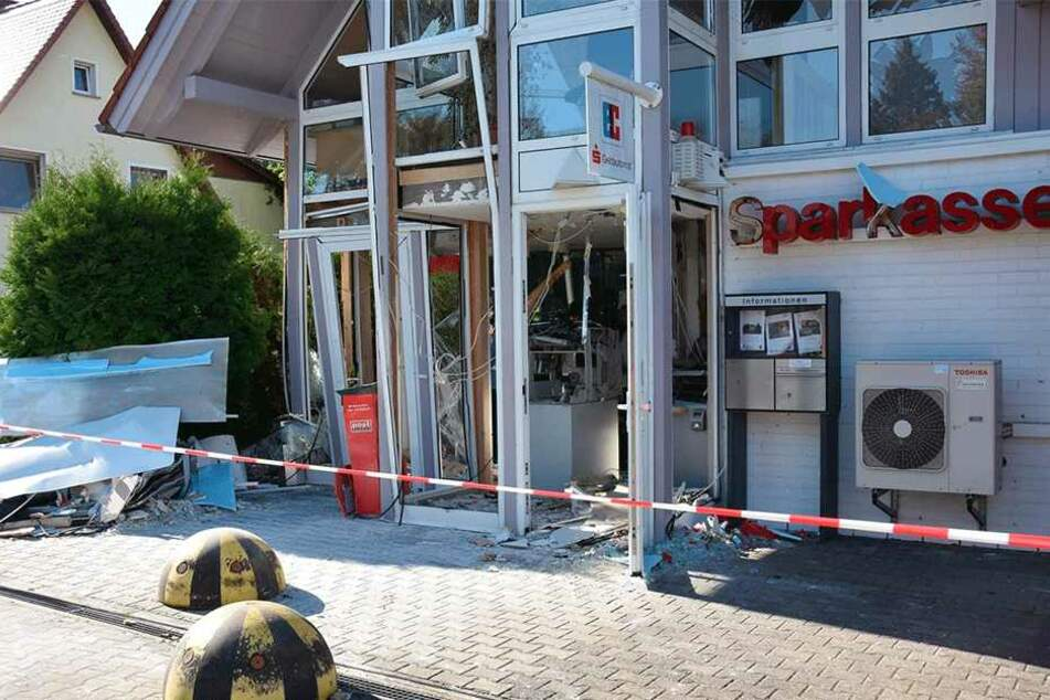 Diese Sparkassen-Filiale in Lohsa demolierten Automaten-Sprenger vor einer Woche.