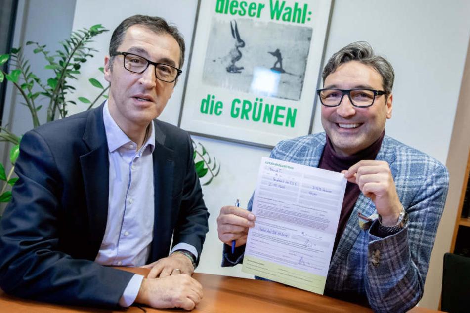 Mousse T. (r.) präsentiert seinen unterschriebenen Mitgliedsantrag.