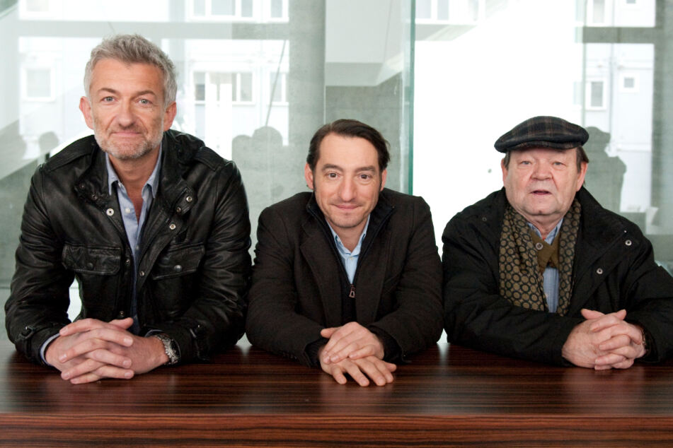 Die Schauspieler Dominic Raacke (l-r, alias Kommissar Ritter), Boris Aljinovic (alias Kommissar Stark) und Ernst-Georg Schwill (alias Weber) posieren bei Dreharbeiten zu einem rbb-Tatort.