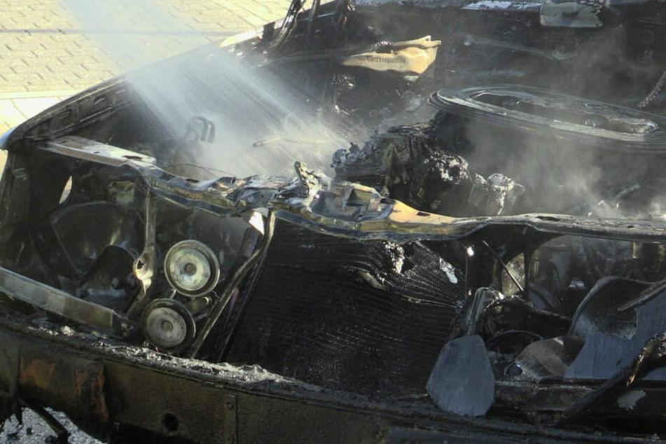 Der ausgebrannte Motorraum des Autos.